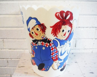 Raggedy ann andy trash can garbage pail bucket red white blue round vintage retro rag dolls
