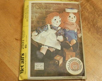 """Uncut McCall's 2531 Raggedy Ann & Andy Stuffed Dolls Sewing Pattern w/ Embroidery Transfers Sizes 15""""-20""""-25"""""""