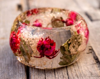 Romantic Resin Jewelry Real Rose Bangle Bracelet. Real white tiny flowers freen leafs bangle. Botanical bracelet Bohemian Dried flowers