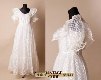 White Lace Wedding Dress / Short Puff Sleeve Bridal gown  / Princess wedding / Cupcake Wedding dress / 70s vintage / size small medium