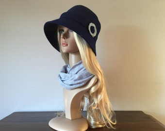 Blue woolen 1920s-inspired cloche hat, size 58 to 60 cm
