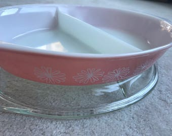 Pyrex 1-1/2 Quart divided pink & white daisy oval dish with lid 963