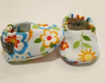 Baby Booties, Baby Gifts, Baby Slippers, Baby Crib Shoes, Baby Moccs, Flower Baby Shoes, Flower Baby Booties, Daisy Slipper, Flower Slippers