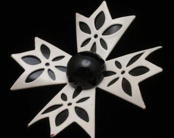 Graphic Black and White Plastic Flower Power Pin