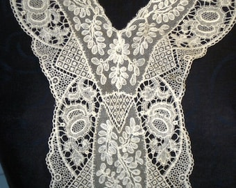 SALE PRICED! Stunning vintage 30s to 40s lace collar in immaculate condition.