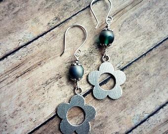 Pewter silver flowers and green powdered czech glass earrings-silver open flower earrings-daisy earrings-flower earrings-silver  flowers