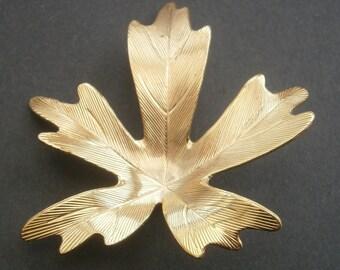 D70) A lovely vintage gold tone metal etched leaf brooch