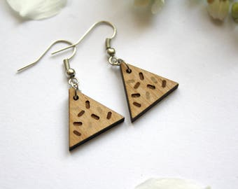 Wood earrings, geometric triangle shape, chips pattern engraved, Memphis design style, natural unique jewel, wooden jewelry made in France
