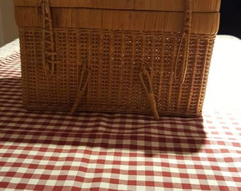 Vintage picnic basket(B)