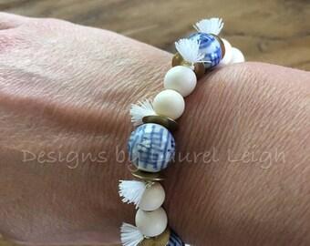 Blue and white beaded bracelet | chinoiserie, Chinese, navy, delft, stretchy, porcelain, gold, tassel, boho