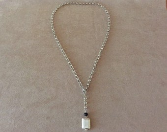 Woman necklace with rolò chain with a silver metal pendant with black crystal bead and component in brushed silver metal