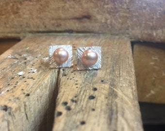 Hammer texture pearl studs