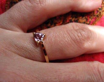 Piece unique gold, violet spinel ring