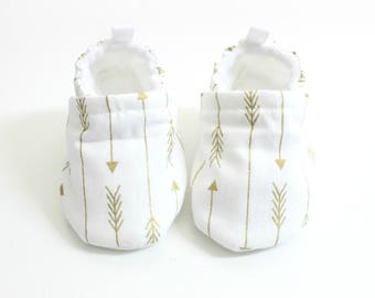 White baby shoes, baby shoes, soft sole, baby booties, toddler shoes, baby girl shoes, white with metallic gold  arrows baby shoes