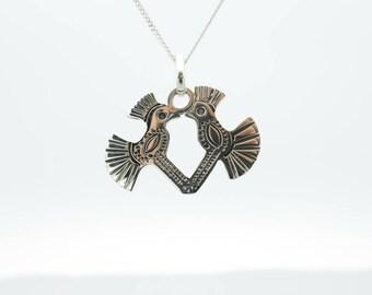 Zilveren halsketting met hanger van twee kussende vogeltjes, Mexicaans motief voor haar