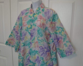 Vintage Saybury New York robe Sz Small, Made in USA, Knee length polyester A-line pastel floral, Front zip, 1970s ILGWU Union label, pockets