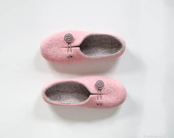 Women slipppers - Light gray and pink felted house shoes with soles - Easy to put on full back women wool home shoes