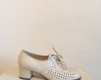60s cream leather oxfords with heel, perforated leather granny shoes, size 9 - vintage -