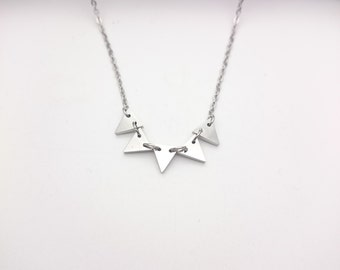 Silver steel 5 triangles necklace//Silver tiny triangles short necklace steel platinum plated//Hypoallergenic minimal triangle necklace