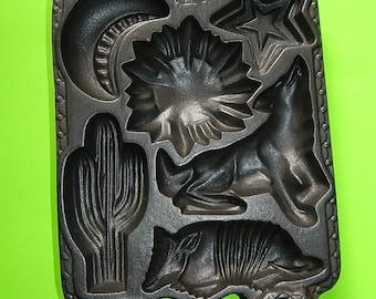 1988 John Wright Cast Iron Heavy USA Cornbread Baking Mold Southwestern Cactus Wolf