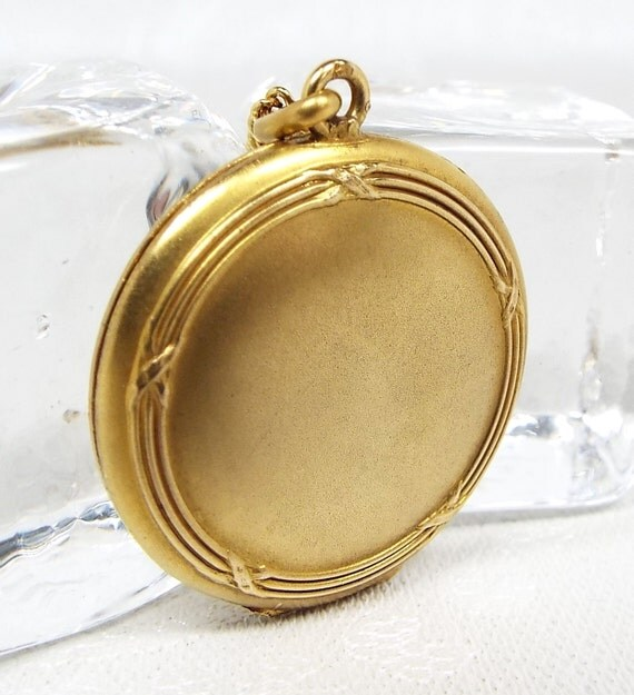 Antique Art Nouveau Gold Tone Beautiful Ornate Circlular Locket Pendant Necklace