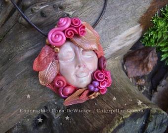 Arcilla de polímero Wicca de otoño diosa polímero arcilla cara collar pagano colgante OOAK pagano esculpido joyería