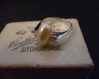 A beautiful Deco style vintage silver ring - Pearl - Sparkly CZ - UK N - US 6.75