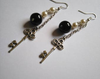 Boucles d'oreilles longues pendantes argentées avec clé et perles rondes nacrées et noires - cadeau femme, boucles d'oreilles perles