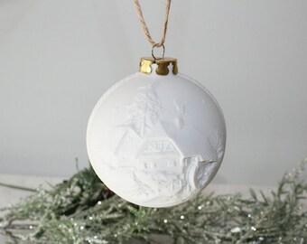 Weihnachtskugel, Christbaumschmuck, Baumschmuck, weiße Baumkugel, Kugel mit Dorf, Kirche, Weihnachtsdorf, Winter, Schnee