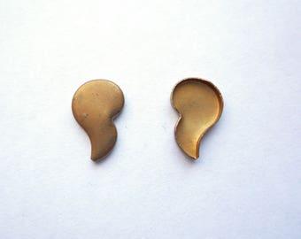 24 low bezel comma or apostrophe mark shaped brass blank, Unusual teardrop 13 x 7 mms bezel blank