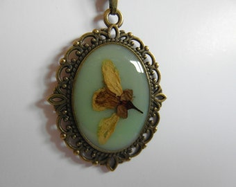 Pendant vintage bronze-coloured with the same color, with orange blossom flower chain.