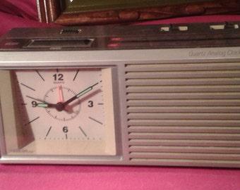 Ca. 1960 GE Quartz analog clock am/fm radio.