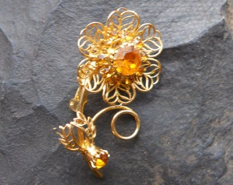 Gold flower brooch, with stone
