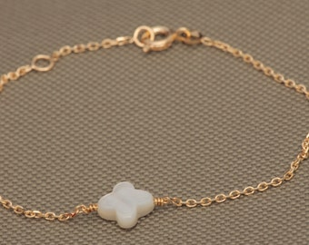 Small clover in genuine White Pearl bracelet