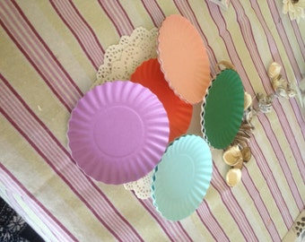 10 round trays in coloured paper 9 cm
