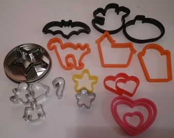 Plastic and metal cookie cutters, 21 in total, read listing