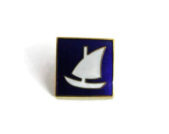 Blue / White Sail Boat Single Posted Vintage Enamel Hat / Lapel Pin Sailing Pin