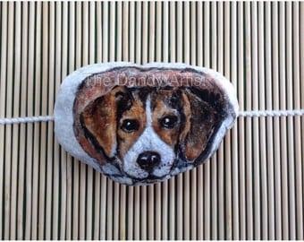 Beagle hand painted pebble art collectible. Un Beagle, galet peint a la main.
