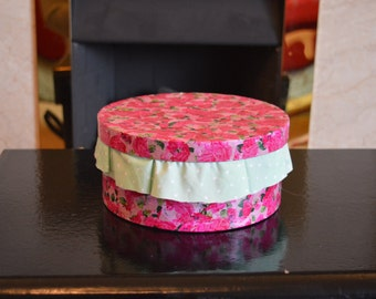 Round lined pink rose box
