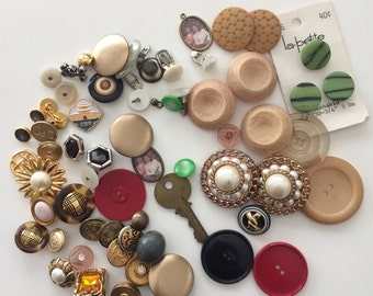 Bag of mixed vintage buttons.