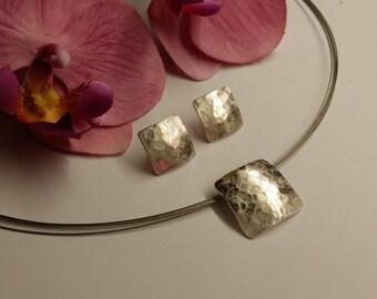 Hammered pendant & earrings 925/00 silver