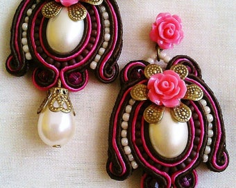 Pending soutache in chocolate brown and strong pink with central cabu of faux Pearl and Teardrop under game. Handmade.