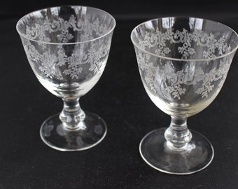 Pair of wine glasses, vintage 50s, finely carved with friezes and branches of leaves.
