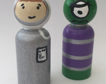 Spaceman & Alien Hand Painted wooden peg dolls   EYFS/ Gift /Education / Smallworld