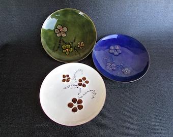 Trio of Bovano Cheshire, Conn. Flower-Power Enamel Plates, Green/Blue/White, American Mid Century Metal Arts Movement