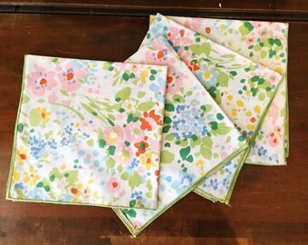 Vintage Napkins Set of 4 Tablescape Table Setting Colorful Floral Green