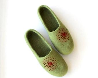 Women felt slippers - felted wool slippers - green felt slippers with red dandelion - Mothers day gift - gift for her - handmade slippers