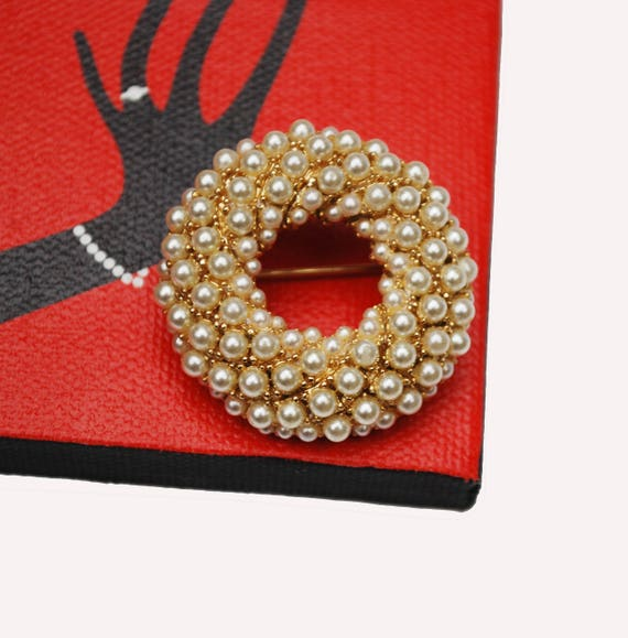 Round  pearl Wreath brooch - White seed pearls - gold plated metal - vintage pin