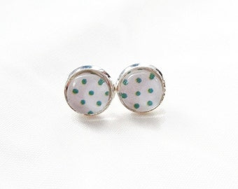 Small earrings, cabochon, ear studs, green peas on white, 8mm, made in Quebec, pattern retro vintage chic, gift
