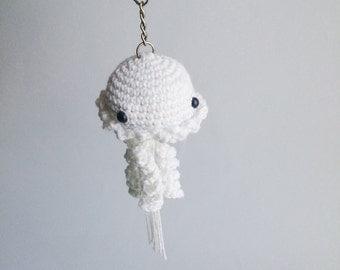 Amigurumi white jellyfish key chain, crocheted. Height : 18 cm